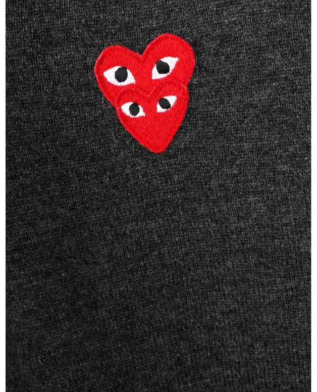 Pull en laine à col V orné de patchs Double Heart COMME DES GARCONS PLAY